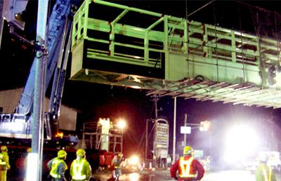 歩道橋の取り付け作業